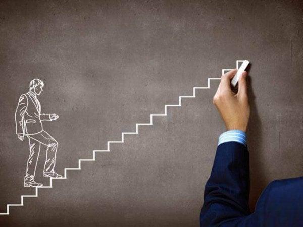 Trappe tegnet på tavle illustrerer udholdenhed