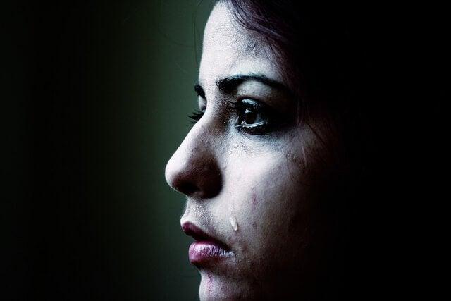 Trist kvinde græder