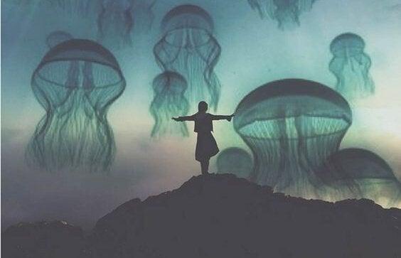 Person foran himmel fyldt med store vandmænd