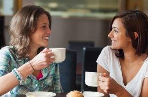 Veninder nyder aktiv lytning over kaffe