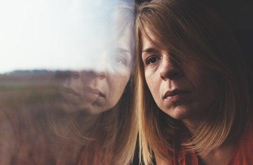 Kvinde med hoved mod vindue ønsker at gøre drømme til virkelighed