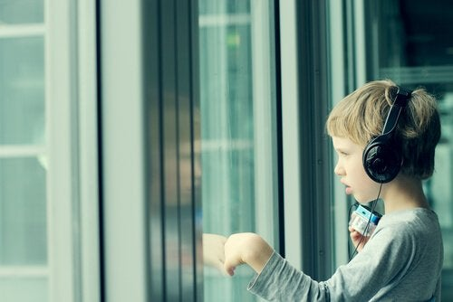 Barn ser ud af vindue og oplever effekten af musik