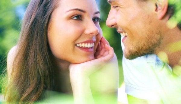 Par har øjenkontakt med hinanden