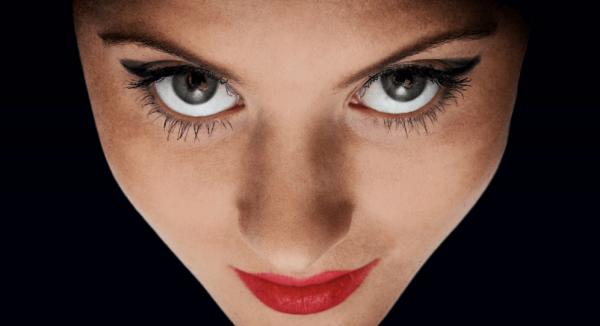 Kvinde har intens øjenkontakt med kamera