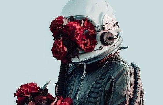 Astronaut med blomster foran hjelm
