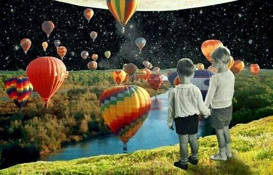 Børn ser på luftballoner sammen