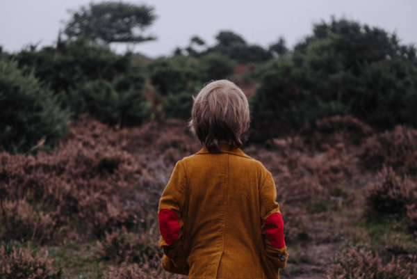 Barn alene i natur illustrerer barn med depression