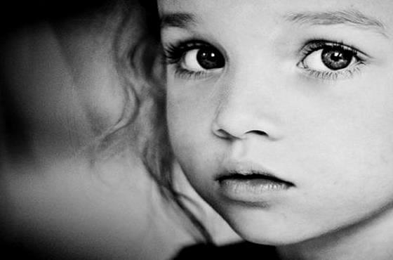 Barn med intenst blik i øjne