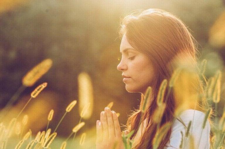 Kvinde mediterer og beder om nye ting i livet