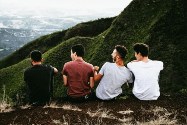 Fire venner på bjerg nyder fordelene ved en god rejsekammerat