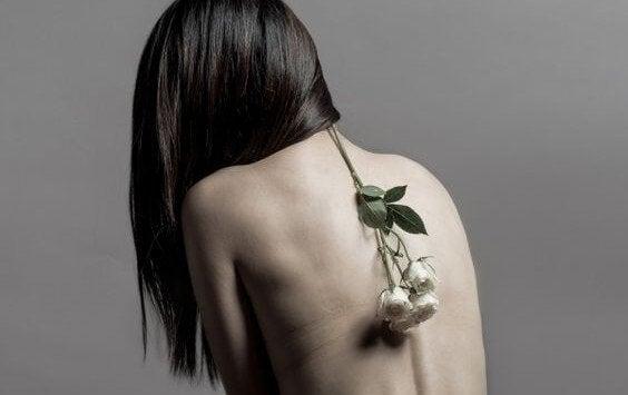 Blomst på nøgen kvinderyg