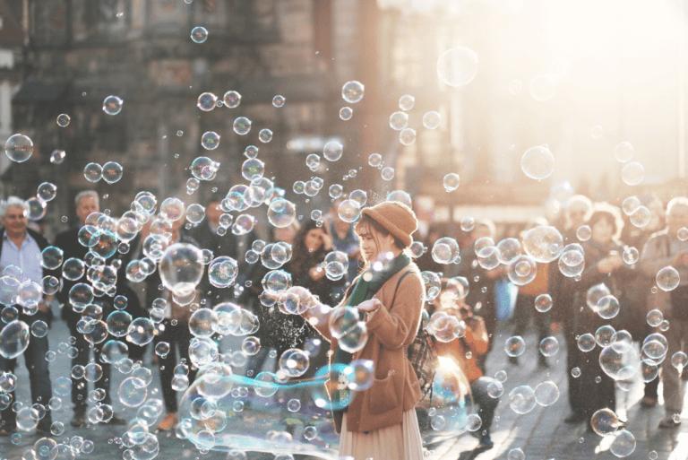 Kvinde leger med sæbebobler for at styrke sin følelsesmæssige intelligens