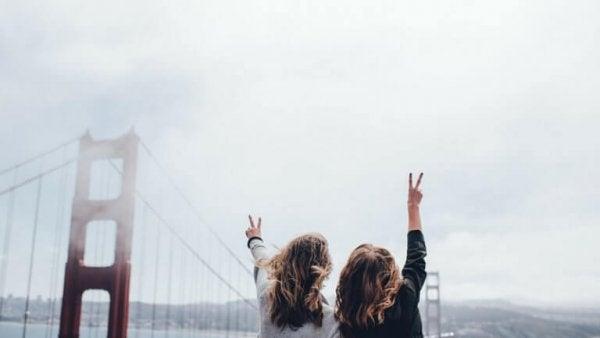 To piger på bro nyder fordelene ved en god rejsekammerat