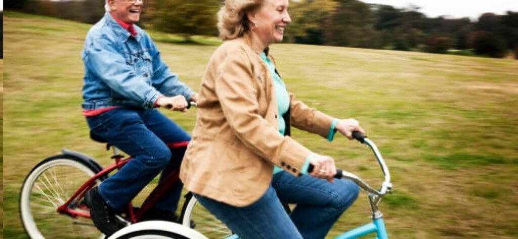 Grinende personer på cykler ligner de lykkeligste mennesker i verden