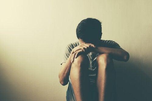 Mand med hoved hvilende på knæ oplever humørforstyrrelser