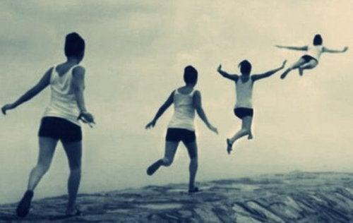 Dreng hopper højt op i luften