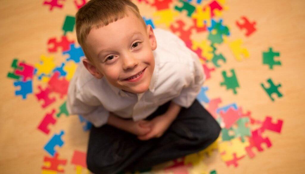 Dreng med autisme lægger puslespil