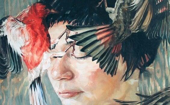 Kvinde med fugle baskende foran ansigt