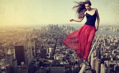 Kvinde mangler fornuft og går på line over by