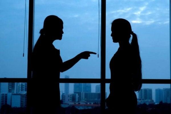 Person giver kvinde skylden i stedet for selv at erkende fejltagelser