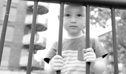 Dreng bag tremmer i grå nuancer er offer for moderne opdragelse