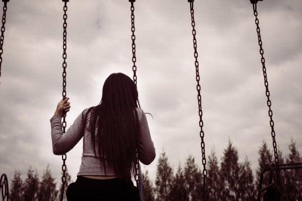 Pige alene på gynger