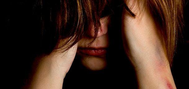 Person med ansigt gemt bag hår illustrerer selvsabotage