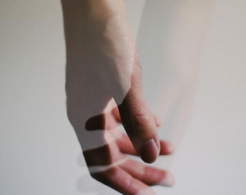 Hånd rører ved skygge af hånd