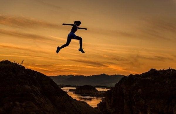 Kvinde hopper ud på eventyr for at blive følelsesmæssigt stærkere