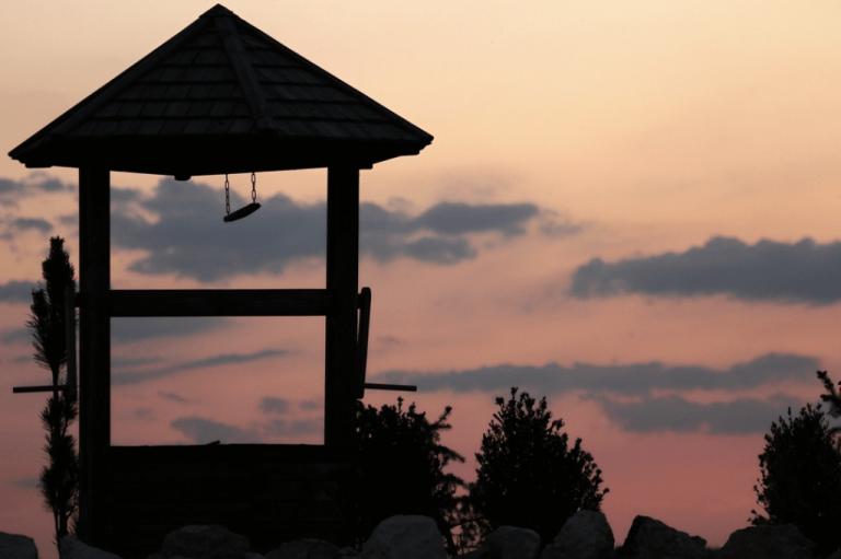 Man kan nemt føle glæde over dette lille hus foran solnedgang