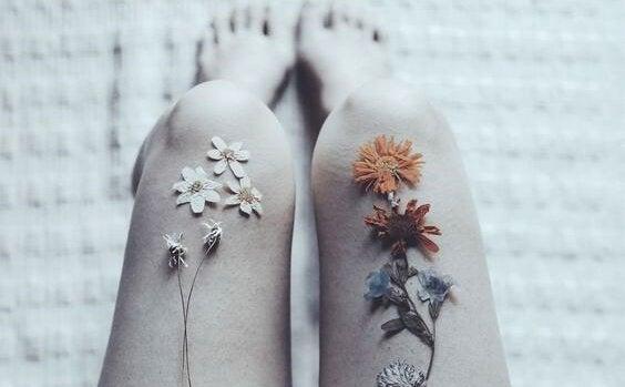 Blomster på knæ