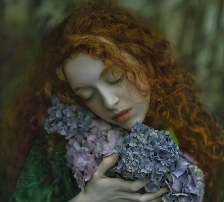 Kvinde krammer blomster