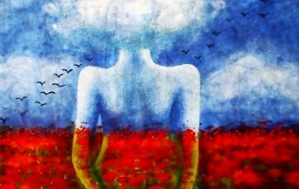 Kvindes silhuet foran blomstermark