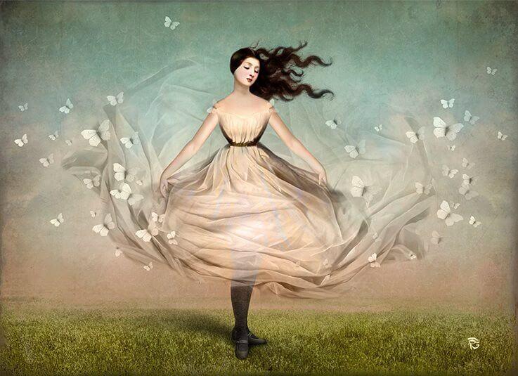 Kvinde med kjole fyldt med sommerfugle