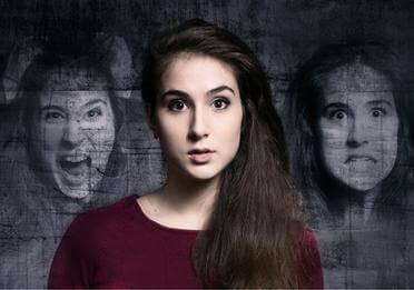 Kvinde med psykiske lidelser illustreret bag sig