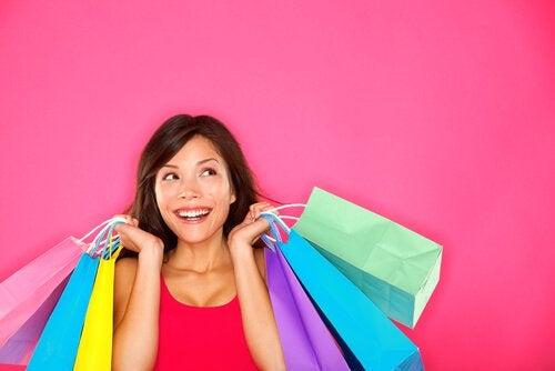 Kvinde smiler tilfreds med mange shoppingposer
