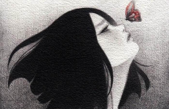 Kvinde med sommerfugl på næse er en modstandsdygtig sjæl