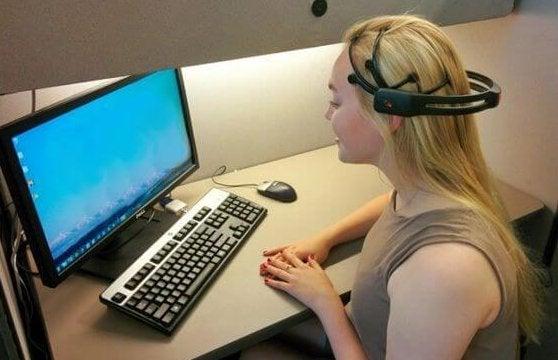 Kvinde ved computer udforsker neurofeedback