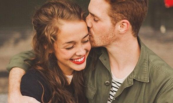 Mand kysser kvinde i håret