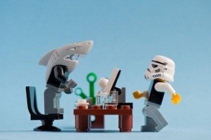 Legomennesker illustrerer giftig chef med hajmaske