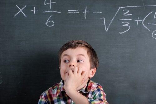 Barn med Lennox-Gastaut syndrom foran tavle