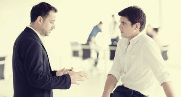 Mand undgår øjenkontakt med en anden mand