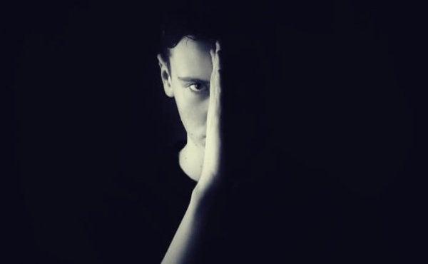 Mand i skygge øver sig på at håndtere uvished