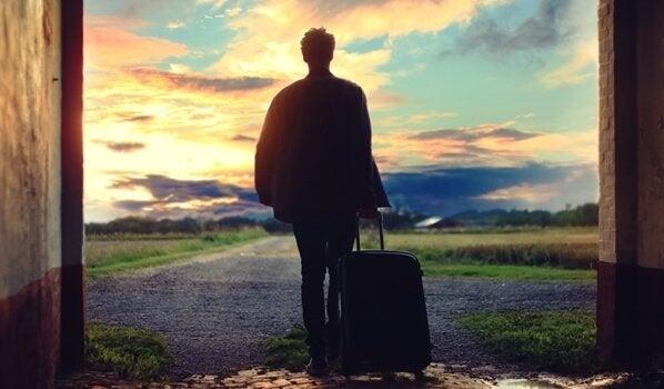 Mand med kuffert skal til at rejse alene