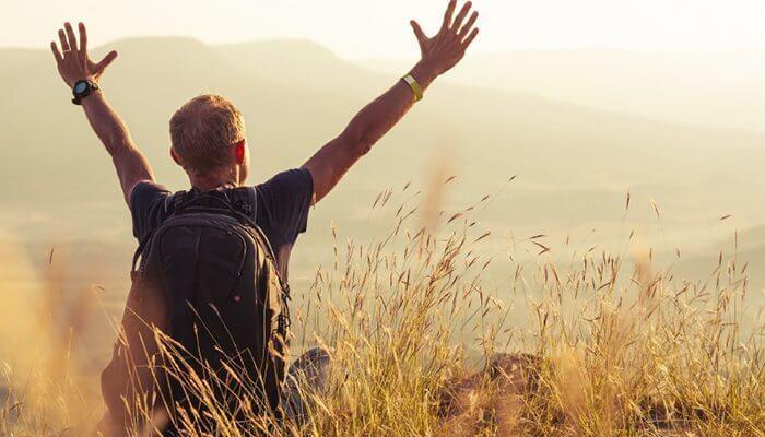 Fri mand på mark nyder at rejse alene