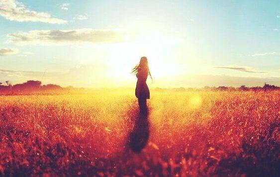 Kvinde uden en familie står alene på mark