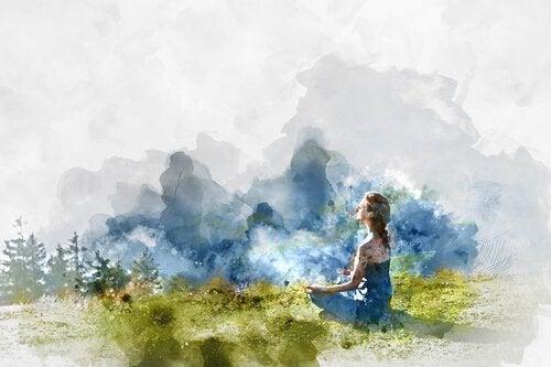 Kvinde mediterer og nyder udendørs motion