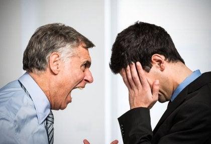 Mand med åben mund råber af anden mand som eksempel på hetero-aggressiv adfærd