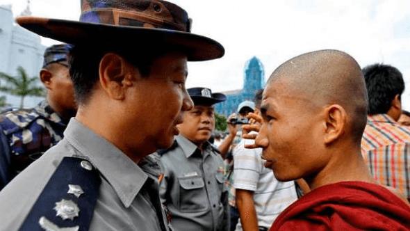 Munk taler med politimand