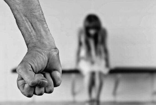 Knyttet næve foran pige illustrerer typer vold